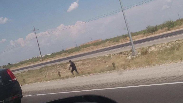Cảnh sát đang truy tìm kẻ xả súng thứ hai. Ảnh: MYFOX