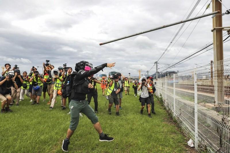 Người biểu tình cản trở hoạt động của tuyến tàu điện đưa đón sân bay. Ảnh: SCMP