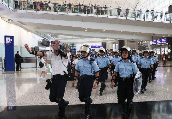 Cảnh sát dày đặc bên trong sân bay Hong Kong ngày 1-9. Ảnh: SCMP