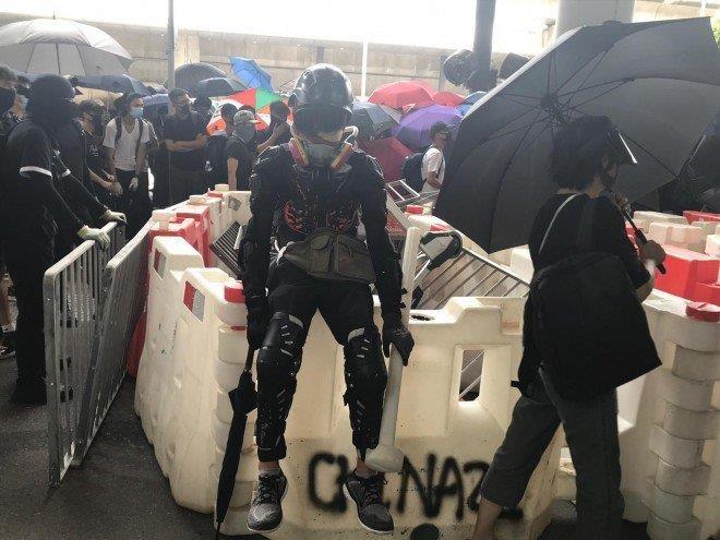 Người biểu tình dựng rào cản tại sân bay quốc tế Hong Kong ngày 1-9. Ảnh: SCMP