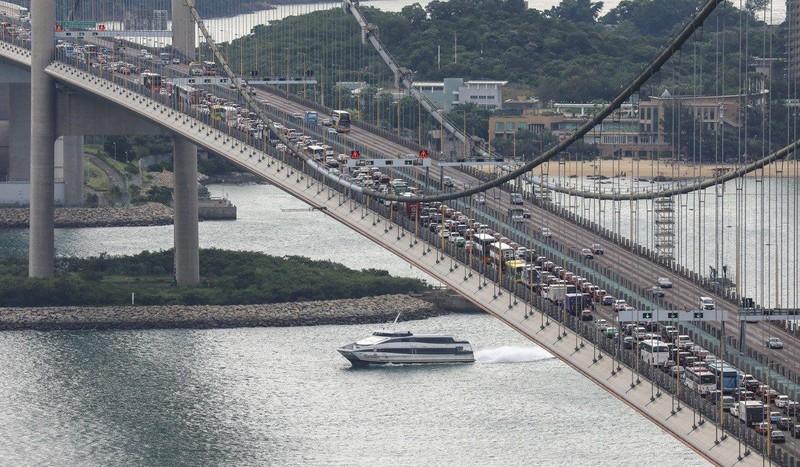 Kẹt xe nghiêm trọng ở cầu Tsing Ma hướng đến sân bay quốc tế Hong Kong ngày 1-9. Ảnh: SCMP