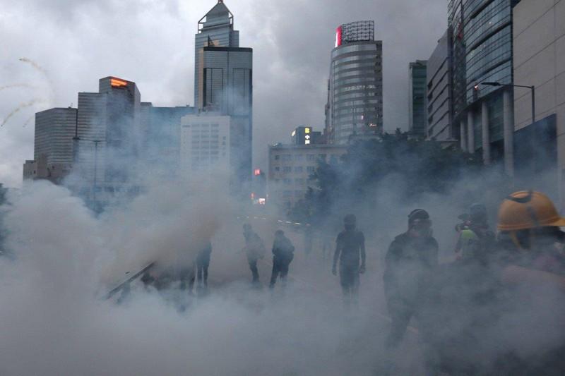 Cảnh sát dùng hơi cay giải tán biểu tình ở Hong Kong ngày 31-8. Ảnh: SCMP