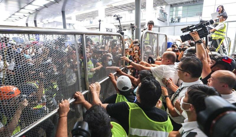 Người biểu tình cố gắng chen vào sân bay trong ngày 1-9. Ảnh: SCMP