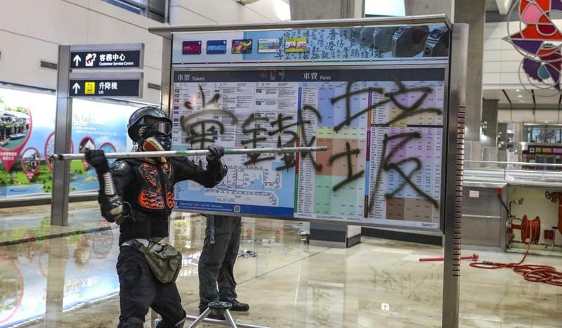 Người biểu tình đập phá tại trạm tàu điện Tung Chung ở Hong Kong ngày 1-9. Ảnh: SCMP