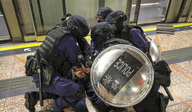 Cuộc biểu tình bạo lực ngày 31-8 đã khiến cảnh sát phải nổ 2 phát súng cảnh cáo và bắt giữ 63 người. Ảnh: SCMP