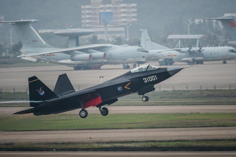Máy bay chiến đấu tàng hình thế hệ thứ năm J-31 của Trung Quốc trong một chuyến bay thử tháng 11-2014. Ảnh: THX