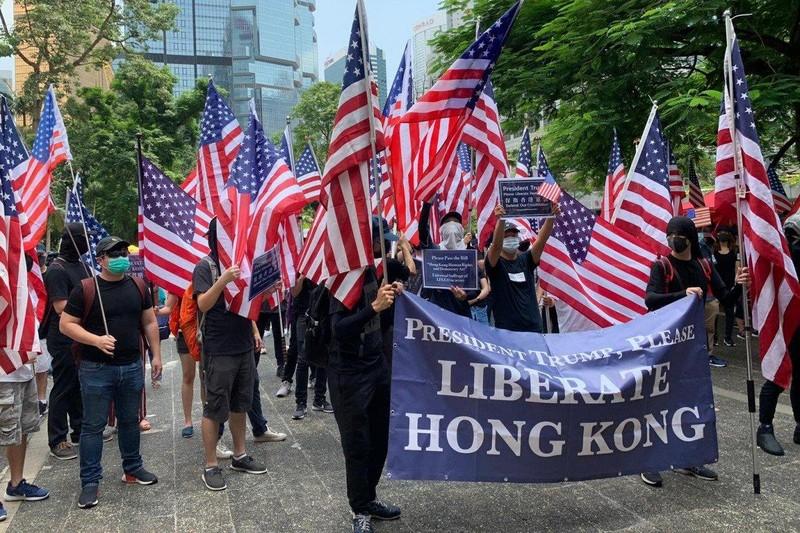 Người biểu tình Hong Kong mang cờ Mỹ kéo đến lãnh sự quán Mỹ ngày 8-9 kêu gọi ủng hộ. Ảnh: SCMP