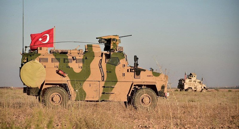 Lính Mỹ và lính Thổ Nhĩ Kỳ từng tuần tra chung TP Manbij (Syria) tháng 11-2018, một phần của thỏa thuận nhằm giảm căng thẳng giữa hai đồng minh NATO này. Ảnh: AP