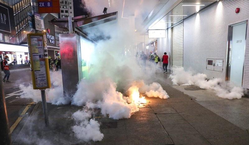 Hong Kong: Người biểu tình kéo đến lãnh sự quán Mỹ nhờ ủng hộ - ảnh 5