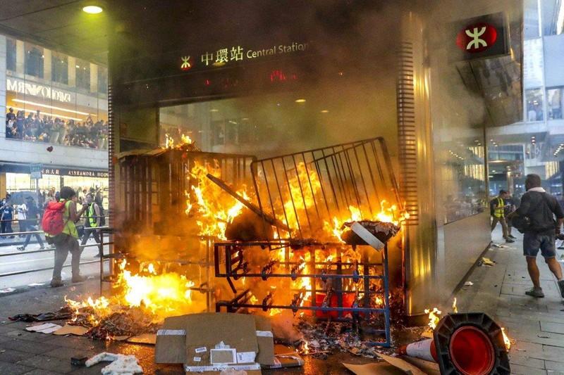 Hong Kong: Người biểu tình kéo đến lãnh sự quán Mỹ nhờ ủng hộ - ảnh 4