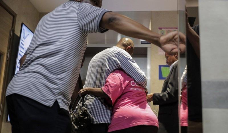 Một số người thân ông Mugabe có mặt tại bệnh viện Singapore thời điểm ông Mugabe qua đời ngày 6-9. Ảnh: EPA