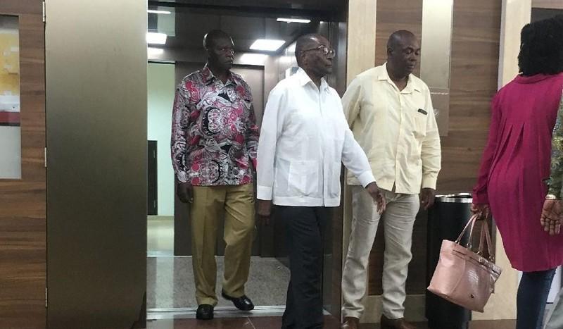 Ông Mugabe (giữa, áo trắng) lúc đến bệnh viện Gleneagles ở Singapore. Ảnh: AFP