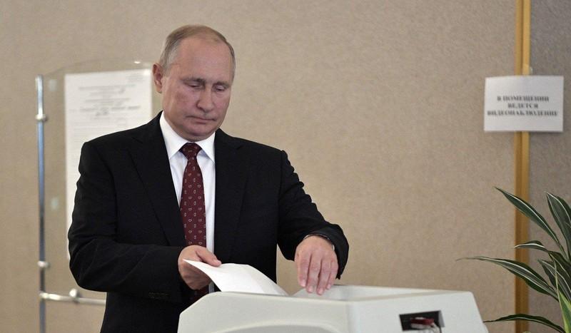 Tổng thống Nga Vladimir Putin bỏ phiếu tại Moscow (Nga) ngày 8-9. Ảnh: EPA