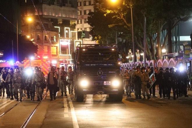 Tối 15-9 có 2 xe bọc thép xuất hiện trên đường phố Hong Kong. Ảnh: SCMP