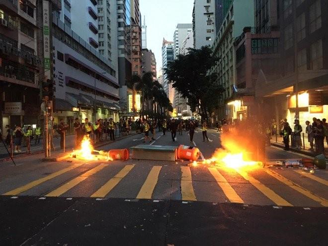 Người biểu tình Hong Kong xung đột người ủng hộ Trung Quốc - ảnh 19