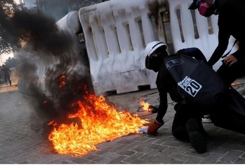 Người biểu tình quá khích phóng hỏa đường phố Hong Kong ngày 15-9. Ảnh: REUTERS