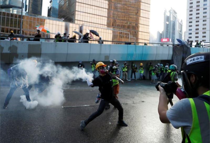 Người biểu tình Hong Kong xung đột người ủng hộ Trung Quốc - ảnh 9