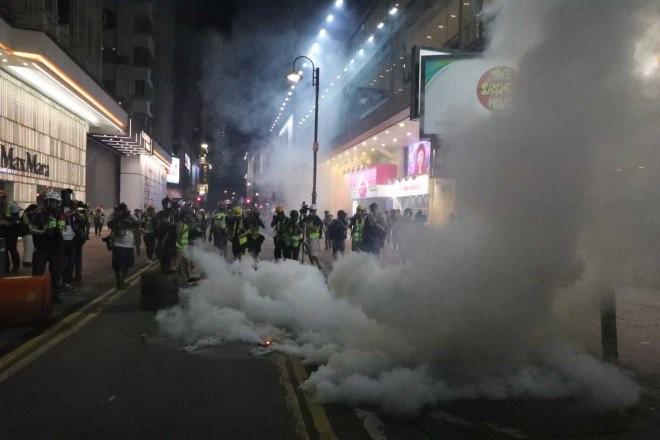 Người biểu tình Hong Kong xung đột người ủng hộ Trung Quốc - ảnh 25
