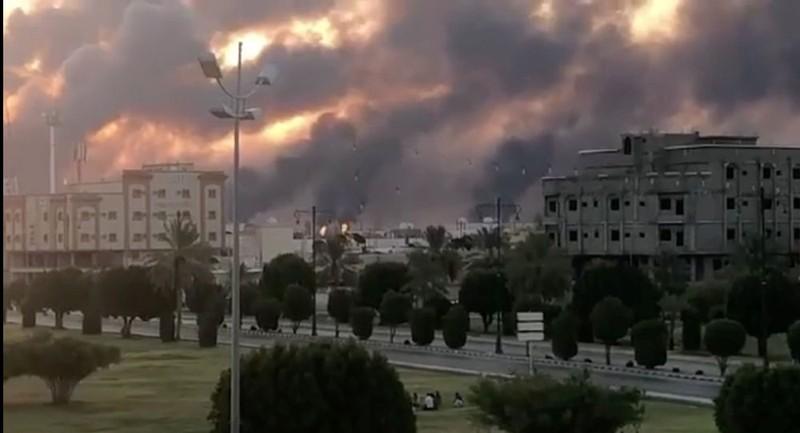 Nhà máy lọc dầu Aramco ở phía đông Saudi Arabia bị không kích ngày 14-9. Ảnh: REUTERS