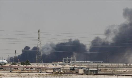 Khói bốc lên từ đám cháy tại nhà máy lọc dầu Aramco ở phía đông Saudi Arabia ngày 14-9. Ảnh: REUTERS