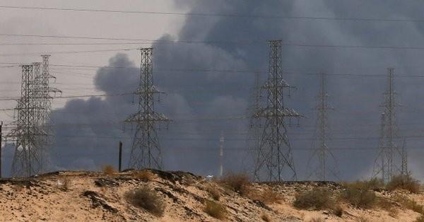 Khói bốc lên từ đám cháy tại nhà máy lọc dầu Abqaiq ở phía đông Saudi Arabia ngày 14-9. Ảnh: REUTERS