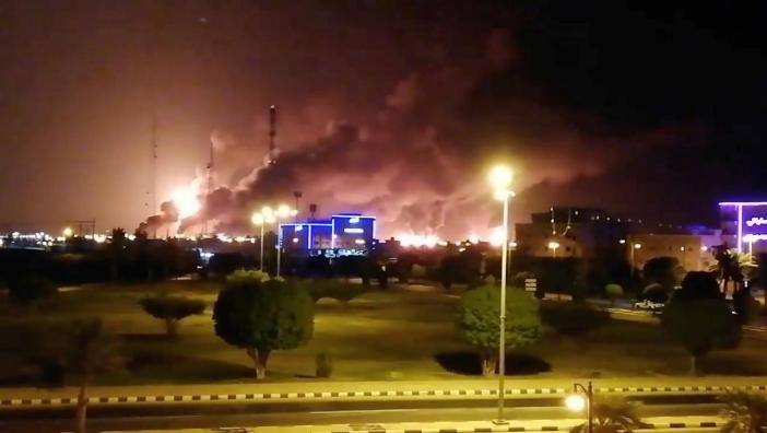 Nhà máy lọc dầu Abqaiq ở phía đông Saudi Arabia ngập trong lửa sau vụ tấn công ngày 14-9. Ảnh: REUTERS