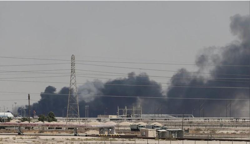 Khói bốc lên từ nhà máy lọc dầu Abqaiq của Saudi Arabia sau khi nhà máy này bị tấn công ngày 14-9. Ảnh: REUTERS