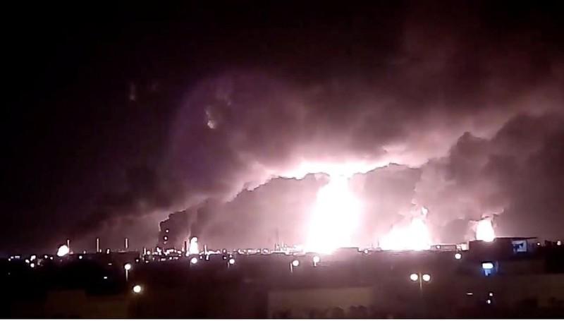 Nhà máy lọc dầu Abqaiq chìm trong khói lửa sau khi bị tấn công ngày 14-9. Ảnh: REUTERS
