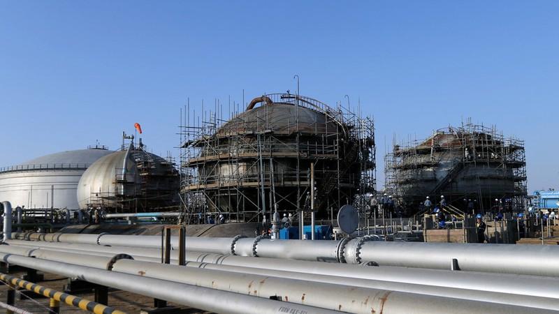 Công nhân đang khắc phục nhà máy lọc dầu Abqaiq (Saudi Arabia) bị hư hại sau khi bị tấn công, ngày 20-9. Ảnh: REUTERS