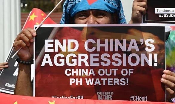 Người dân Philippines phản đối hành động của Trung Quốc ở biển Đông. Ảnh: GETTY IMAGES
