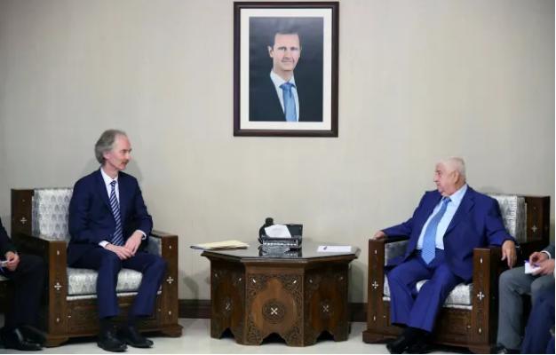 Đặc phái viên LHQ về Syria Geir Pedersen (trái) gặp Ngoại trưởng Syria Walid al-Muallem tại Damascus (Syria) ngày 23-9. Ảnh: AP