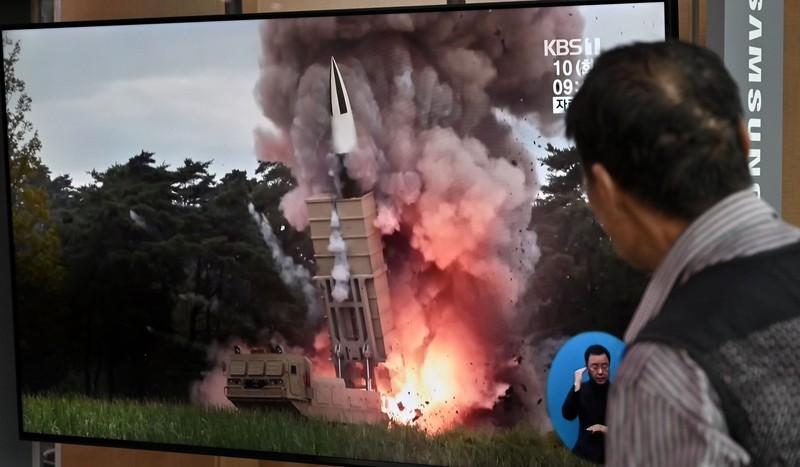 Người dân Seoul (Hàn Quốc) quan sát hình ảnh một vụ phóng tên lửa của Triều Tiên được chiếu trên truyền hình. Ảnh: AFP