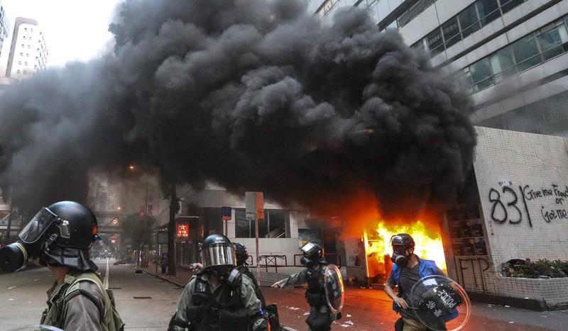 Trạm tàu điện bị đốt trong một đợt biểu tình. Ảnh: SCMP