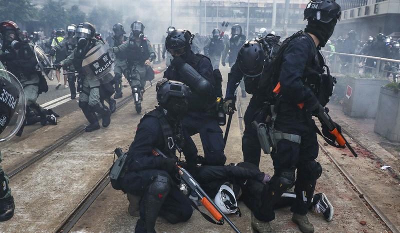 Cảnh sát chống bạo động bắt người biểu tình trong một đợt biểu tình trước đó. Ảnh: SCMP