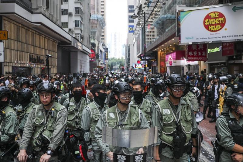 Cảnh sát chống bạo động sẵn sàng đối phó biểu tình ở Hong Kong cuối tuần rồi. Ảnh: SCMP
