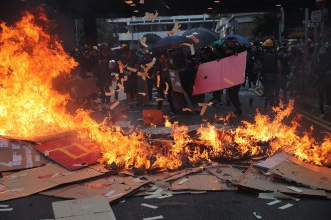 Hong Kong rực lửa biểu tình chiều 1-10. Ảnh: SCMP