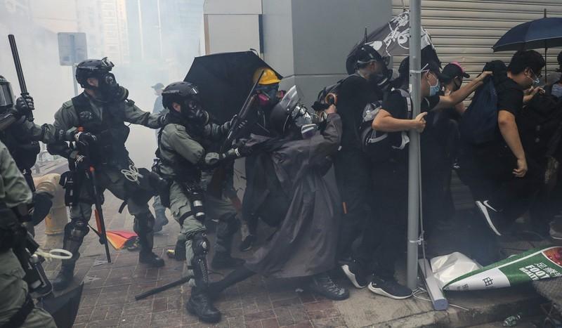 Hơn 180 người biểu tình bị bắt trong ngày 1-10. Ảnh: SCMP