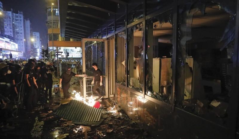 Người biểu tình đập phá một văn phòng chính quyền Hong Kong ngày 1-10. Ảnh: AP