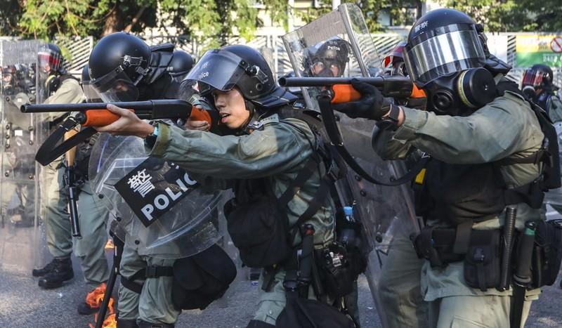 Cảnh sát chống bạo động đối phó biểu tình ngày 1-10. Ảnh: SCMP