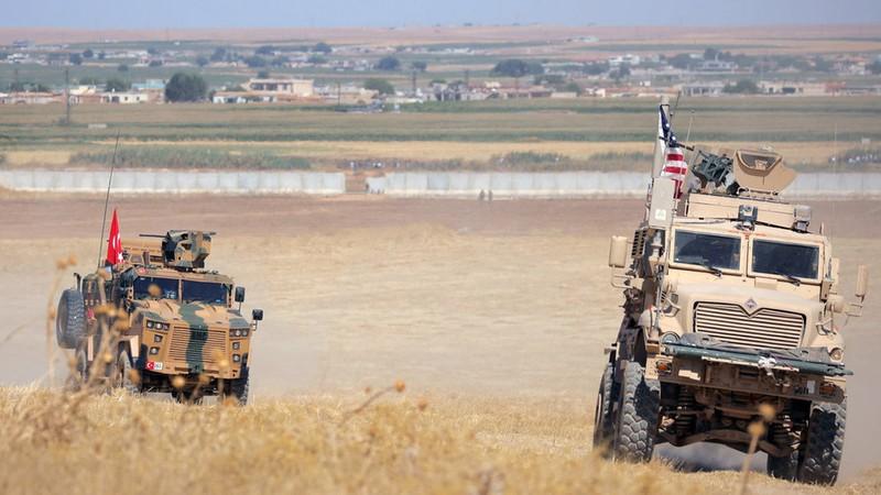 Xe quân sự Mỹ và Thổ Nhĩ Kỳ trong một đợt tuần tra chung ở Syria. Ảnh: REUTERS