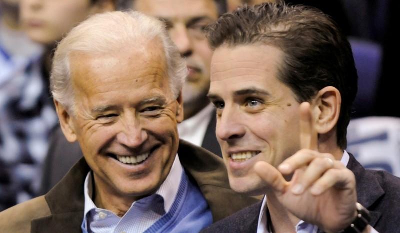 Cựu Phó Tổng thống Mỹ Joe Biden (trái) và con trai Hunter Biden (phải). Ảnh: REUTERS