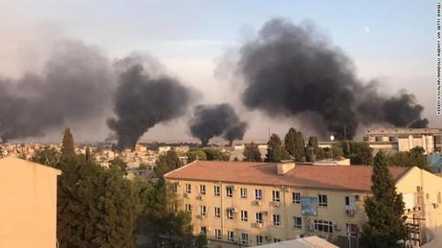 Khói đen bốc lên sau các cuộc không kích của Thổ Nhĩ Kỳ ở bắc Syria. Ảnh: GETTY IMAGES