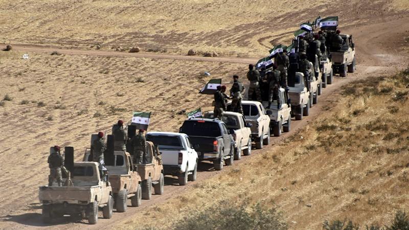Các tay súng Syria được Thổ Nhĩ Kỳ bảo trợ di chuyển về thị trấn Tal Abyad ở tỉnh Raqqa (bắc Syria). Ảnh: AP