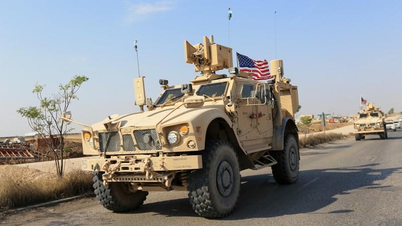 Đoàn xe quân sự Mỹ di chuyển tại ngoại ô tỉnh Dohuk (Iraq), giáp biên giới với Syria, ngày 21-10. Ảnh: REUTERS
