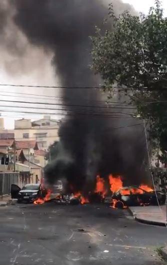 Vụ tai nạn khiến cả máy bay và các xe ô tô bốc cháy kinh hoàng. Ảnh: chụp từ video trên Twitter