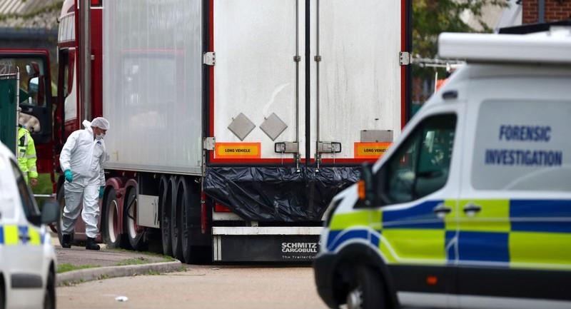 Chiếc xe tải chở 39 thi thể được phát hiện ở thị trấn Grays, hạt Essex (Anh) ngày 23-10. Ảnh: REUTERS