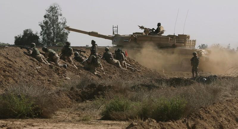 Lính Mỹ trong một phiên huấn luyện lính Iraq tại quận Taji, bắc thủ đô Baghdad (Iraq). Ảnh: AP