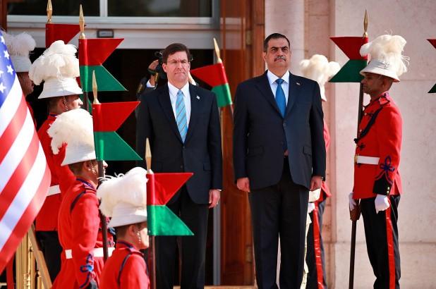 Bộ trưởng Quốc phòng Iraq Najah al-Shammari (giữa, phải) và Bộ trưởng Quốc phòng Mỹ Mark Esper (giữa, trái) gặp nhau tại Baghdad tuần trước. Ảnh: AP