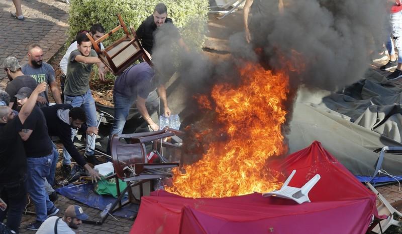 Người ủng hộ Hezbollah biểu tình trên đường phố Beirut ngày 29-10. Ảnh: AP