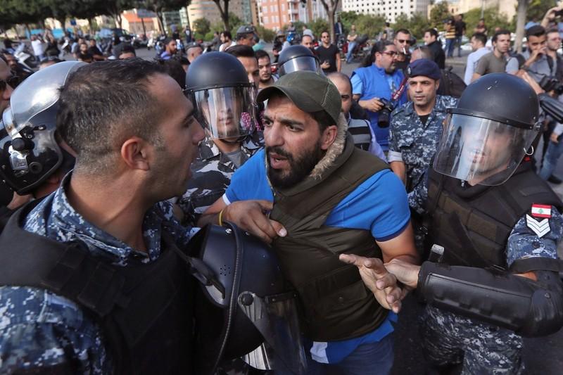 Lực lượng an ninh Lebanon xung đột với người biểu tình ở thủ đô Beirut (Lebanon) ngày 29-10. Ảnh: AFP